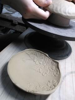 色絵山吹小皿の制作を始めます。