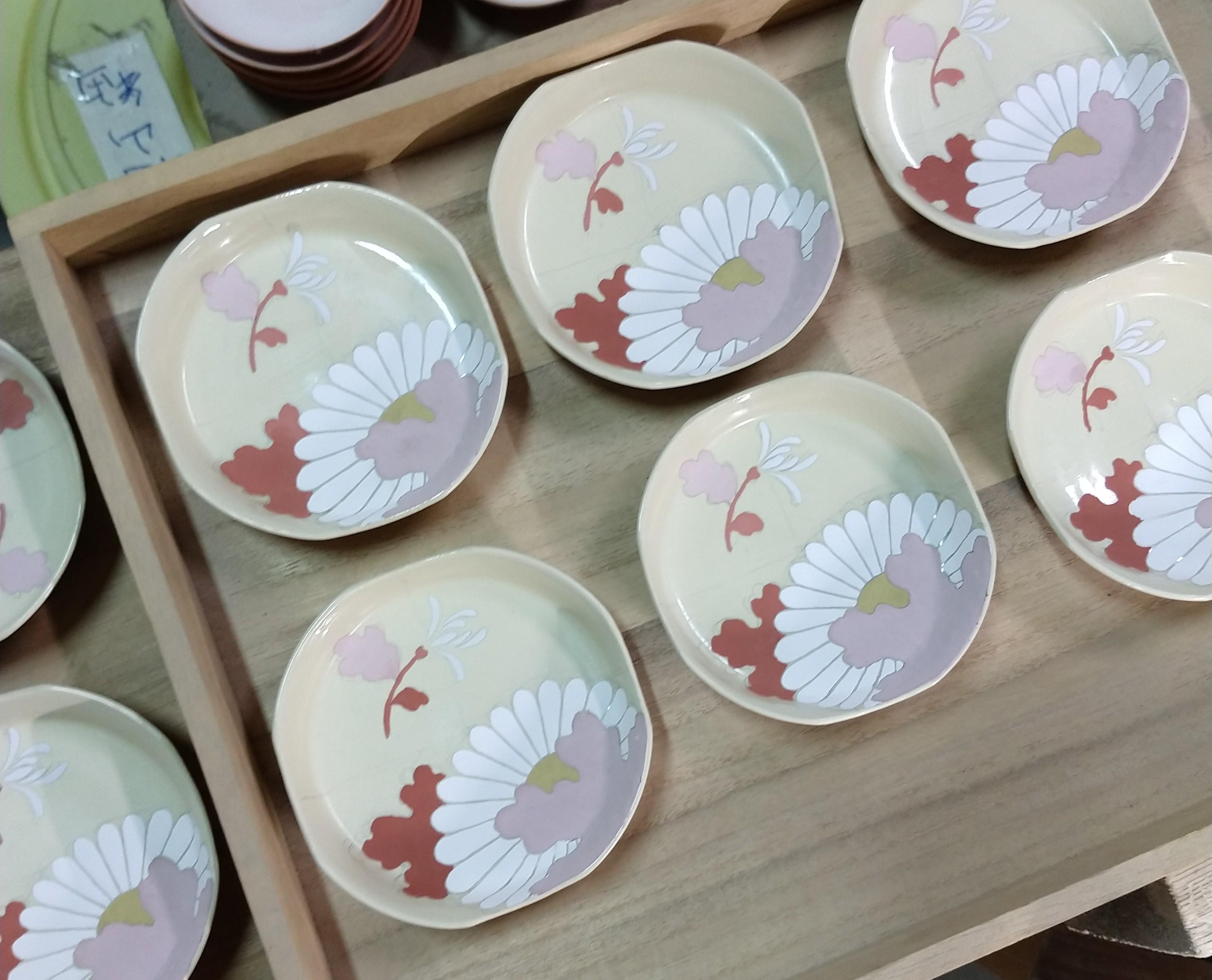色絵菊紋四方小皿−絵付け